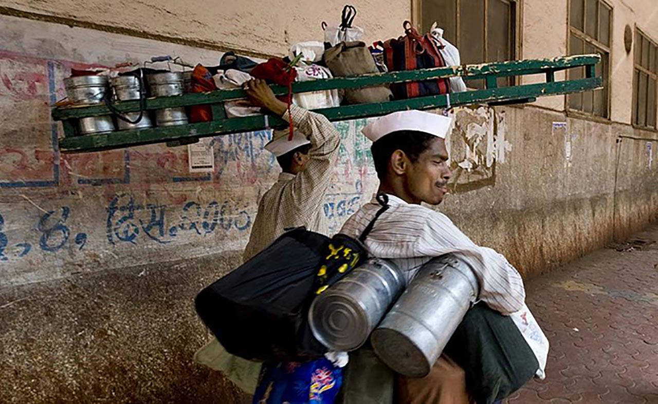 800px-Mumbai_Dabbawala_or_Tiffin_Wallahs-_200000_Tiffin_Boxes_Delivered_Per_Day