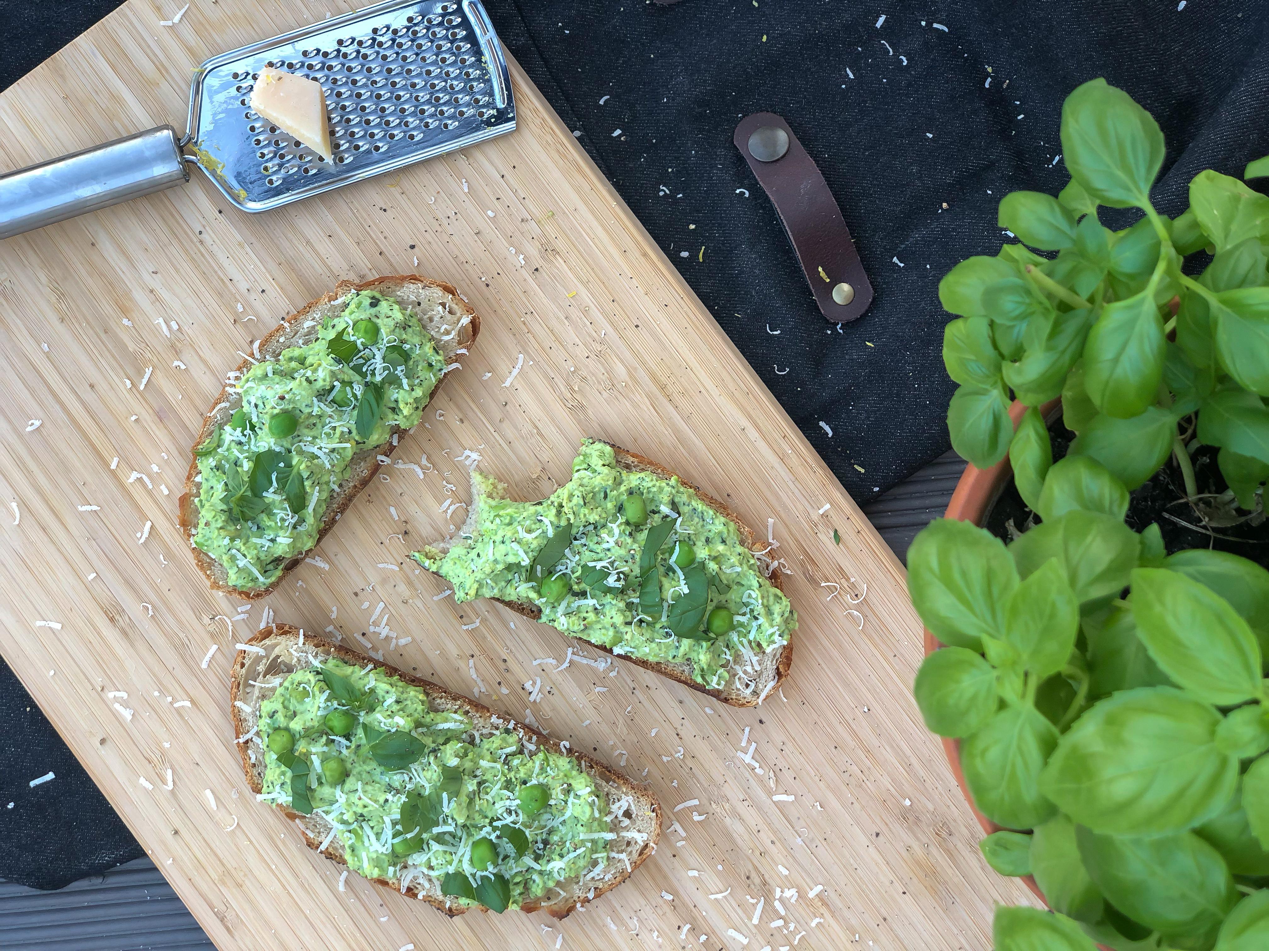 kanapki z pastą z zielonego groszku